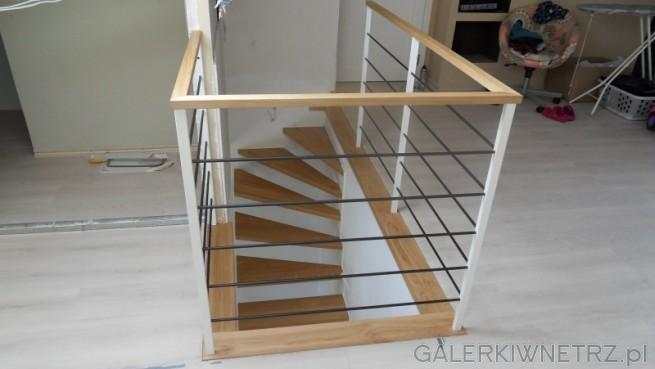 Balustrada w schodach ażurowych - składa się z trzech kolorów, bieli, czerni i drewna. ...