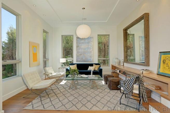 Niezwykły salon w prostym, minimalistycznym stylu. Ściany pomalowane są na klasyczną ...