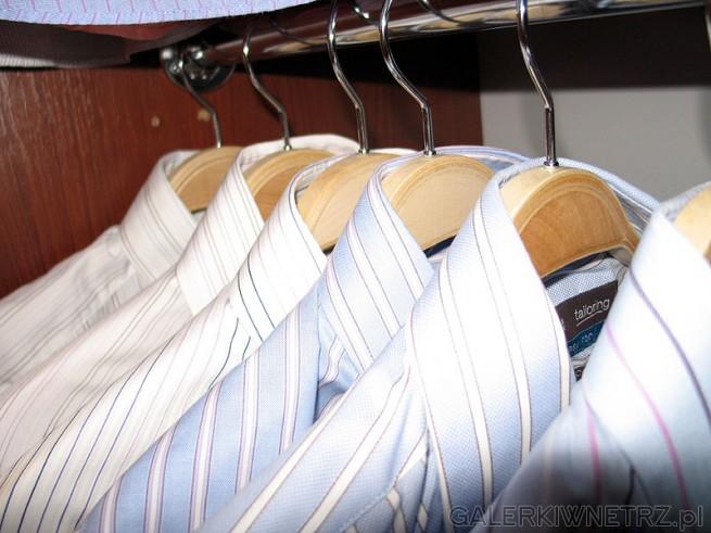 Ładne sklejkowe wieszaki do szafy do nabycia w internecie za około 3pln/sztukę