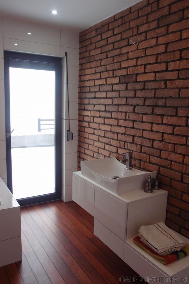 Oryginalny projekt łazienki, gdzie wykorzystano na jednej ścianie surowącegłę. ...
