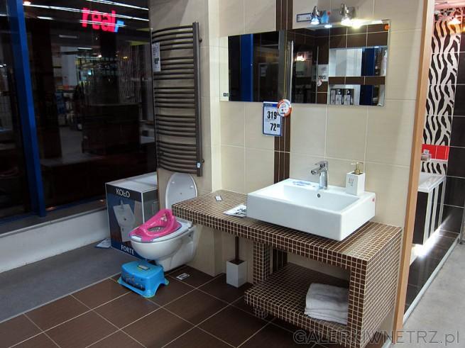 Łazienka z blatem z mozaiki i kwadratową umywalką. Praktiker