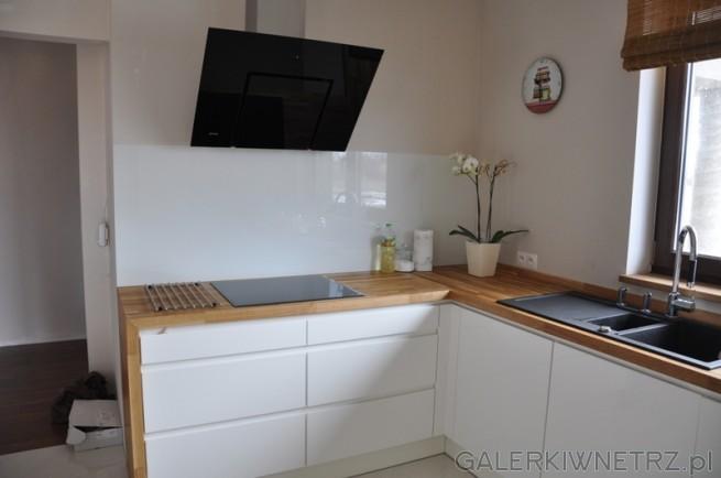Duża, jasna kuchnia, dodatkowo oświetlona oknem. Kuchnia w połysku, kolor stara ...