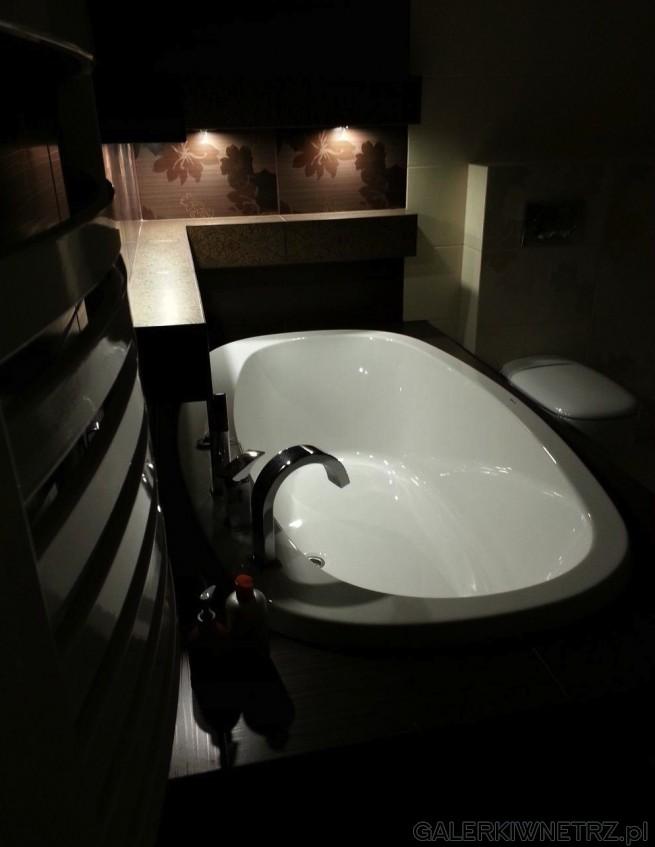 Aranżacja eleganckiej, przyjemnej łazienki z wanną okrągłą. Została tu wykorzystana ...
