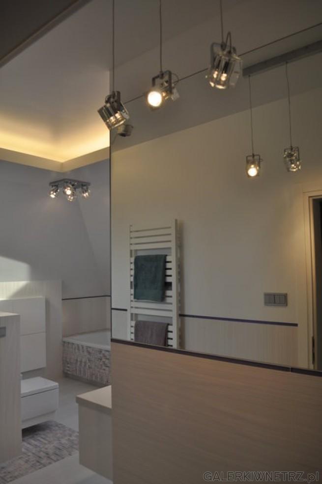 Jasna łazienka z janosbrązowymi elementami Drewnianymi i kolorwymi elementami w ...
