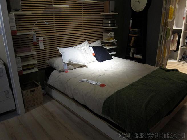 Łóżko niskie rama ze stelażem na dole praktyczna wysuwana szuflada na pościel Ikea.