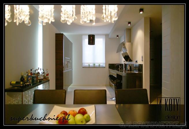 Kuchnia z frontami z forniru hebanowego lakierowana na wysoki połysk. Fornir modyfikowany. ...