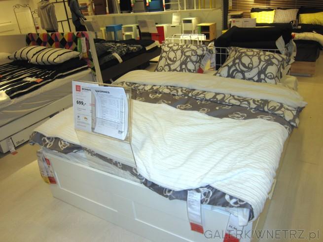 Dwuosobowe łóżko BRIMNES w kolorze białym z praktycznymi szufladami o wymiarach ...
