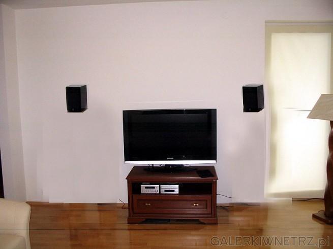 Kolumny (monitory) powinny być zainstalowane na wysokości uszu słuchacza. Ponieważ ...