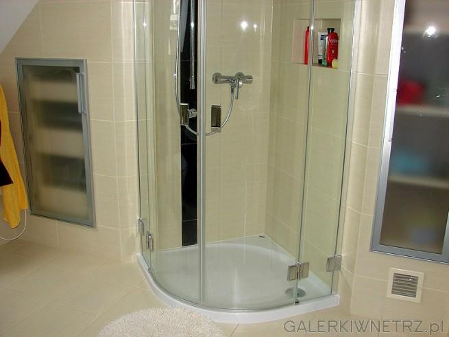 kabina prysznicowa p�okr�g�a z p�ytkim brodzikiem. Wumaga to specjalnego p�ytkiego ...