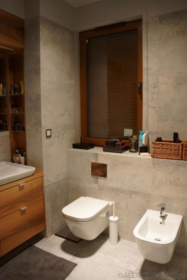 W tej aranżacji łazienki znajduje się wisząca misa wc oraz bidet o zaokrąglonych ...