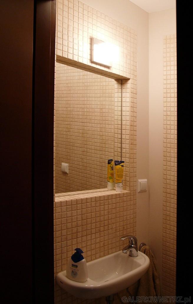 Glazura - mozaika w łazience. Lustro jest wkomponowane nieco wgłąb ściany co tworzy ...
