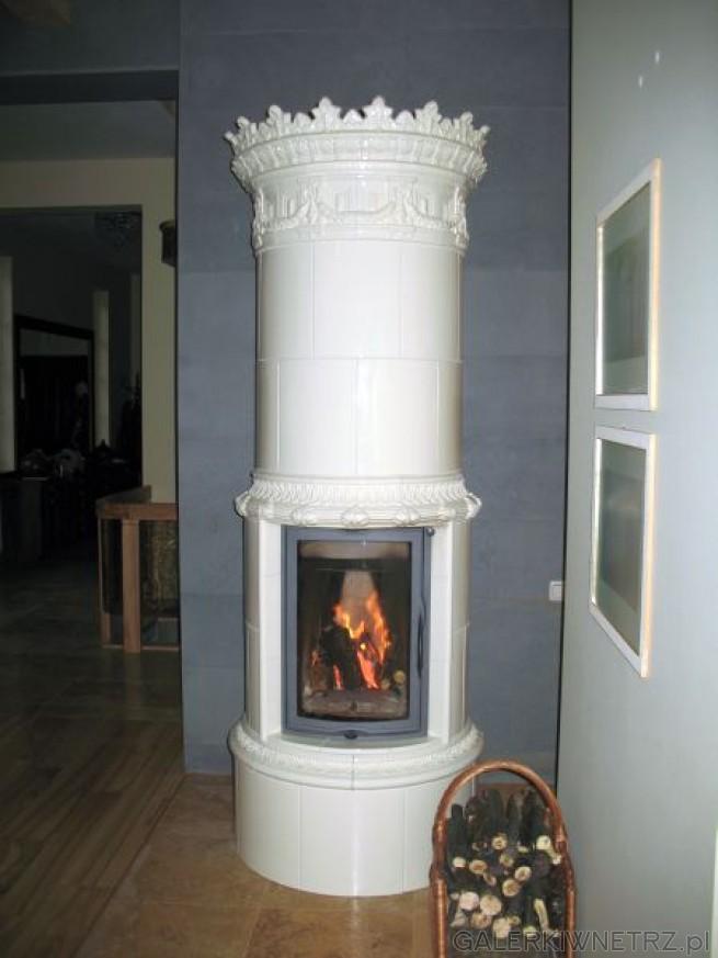 Propozycja kominka dla lubiących styl retro - jest to kominek w formie pieca, w ...