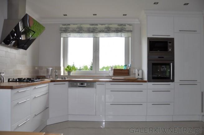 Duża kuchnia, oświetlona dodatkowo podwójnym okne Zlew