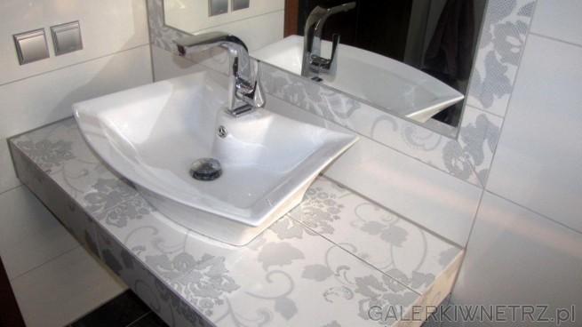 Umywalka ma nietypowy kształt, który świetnie pasuje do motywów kwiatowych. Pod ...