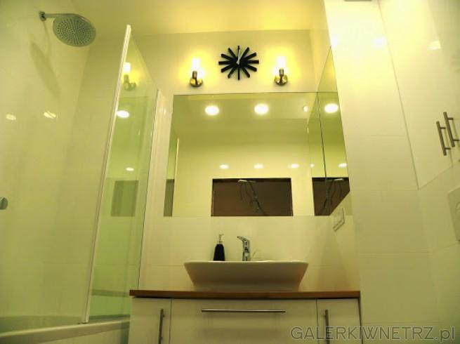 Łazienka w bieli z płytkami na ścianie Ceramstic serii Opp. Dzięki bieli jest przestronna, ...