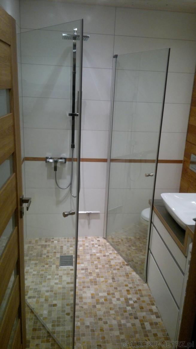 Kabina prysznicowa ograniczona jest do minimum tzn. składa sięz dwóch przezroczystych ...