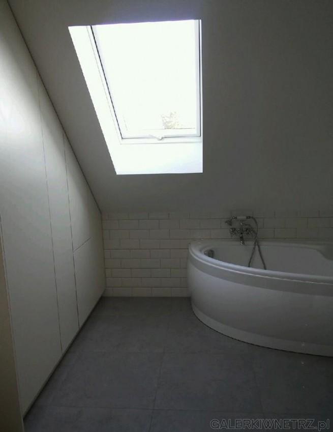 Aranżacja łazienki na poddaszu z dużym skosem. Projekt jest bardzo minimalistyczny, ...