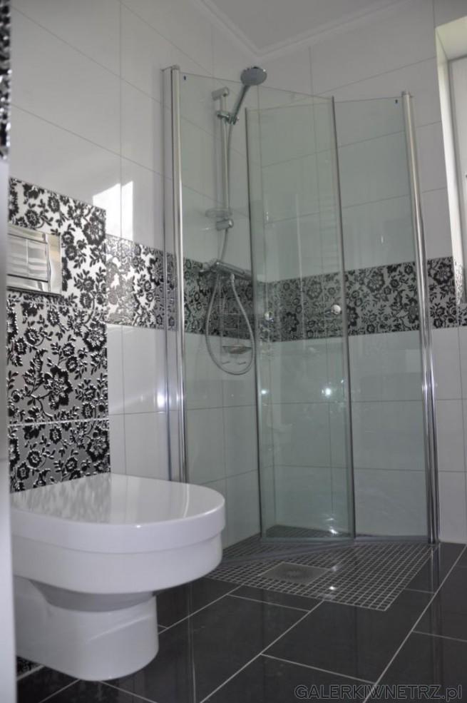 Kabina prysznicowa o wymiarach 80x80, z drzwiami składanymi do środka. WC Koło Quattro.