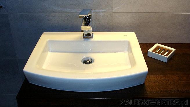 Umywalka, dobrana do umywalki mydelniczka. Szafka jest z naturalnego drewna