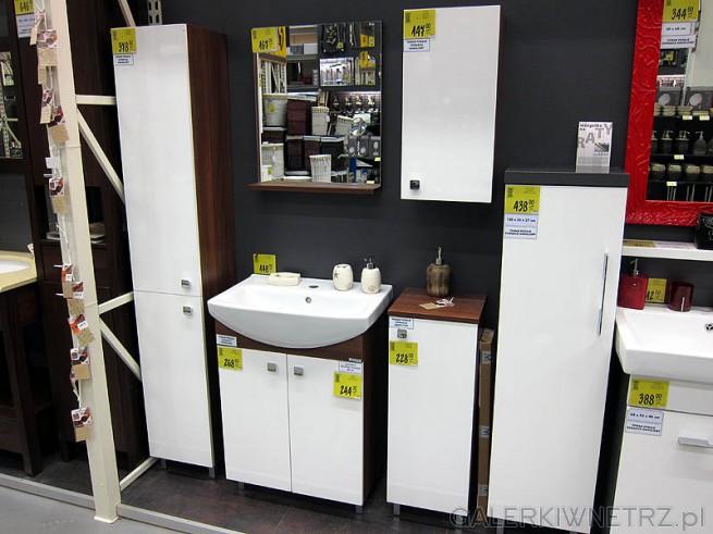 Białe szafki łazienkowe, brązowe boki