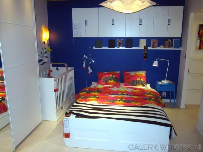 Pokazowa sypialnia z dwuosobowym łóżkiem oraz kołyskądla dziecka. Kołyska ze szczebelkami, ...