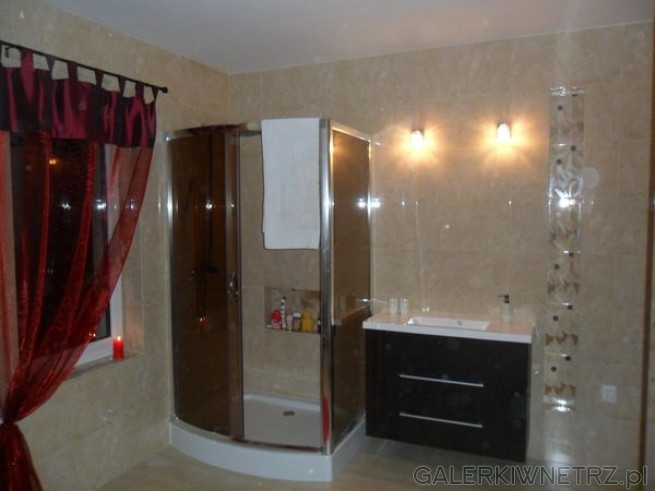 Duża kabina prysznicowa, 90x120cm, z przesuwanymi drzwiami i niskim brodzikiem. ...