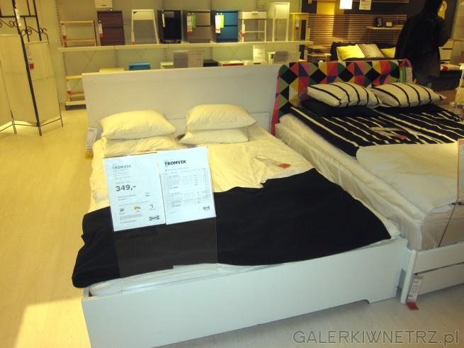 Białe łóżko dwuosobowe TROMVIK o wymiarach 160x200 cm w cenie 349 złotych. Jest ...