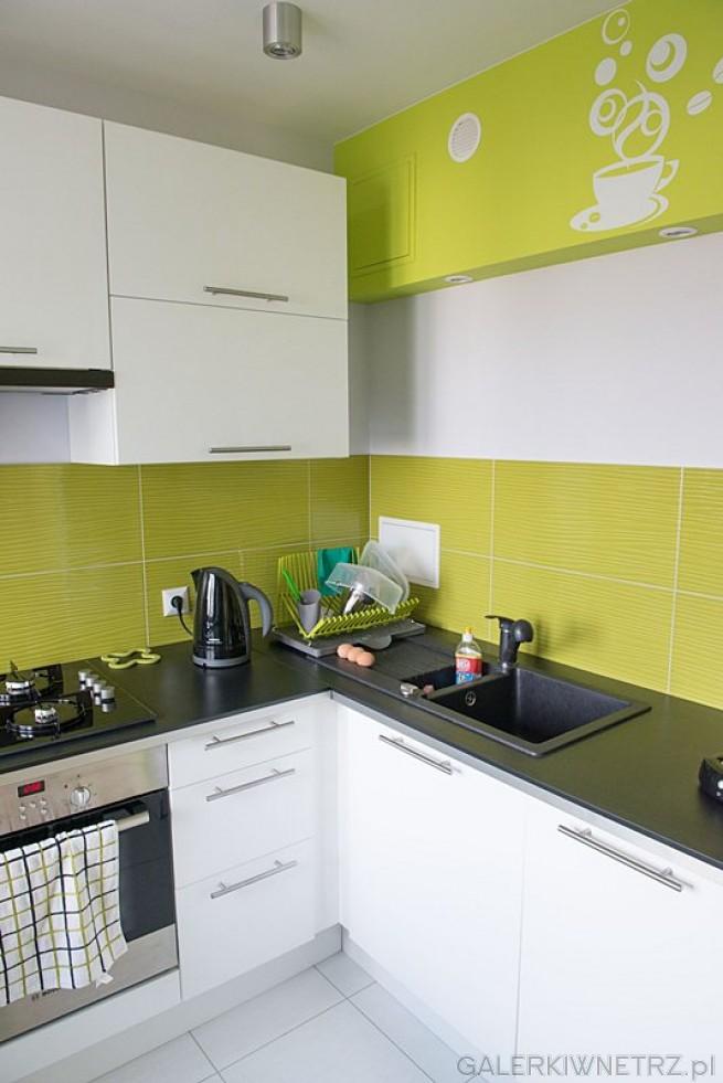 Kuchnia w orzeźwiających, świeżych kolorach, - biel szafek została połączona z limonkowymi ...