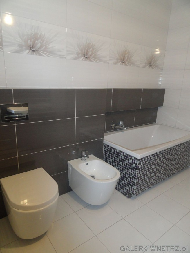 Ściany w łazience są wyłożone płytkami - na górze białymi, gdzie przychodzi pas ...