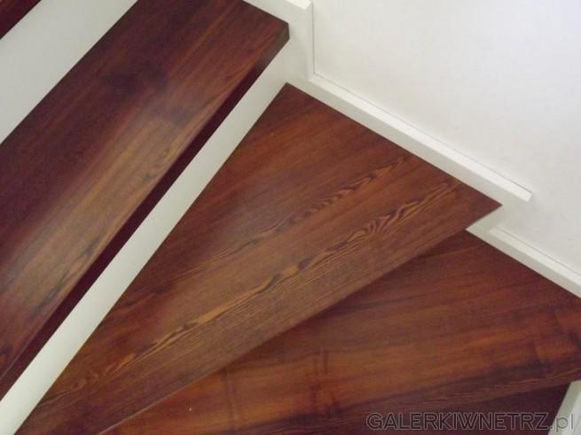 Przykład schodów zabudowanych, wachlarzowych, w których stopnice wykonane sąz eleganckiego ...