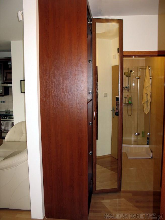 Głębokość wewnętrzna szafy 53cm+ drzwi 2cm. Rzeczywista głębokość użytkowa po odjęciu ...