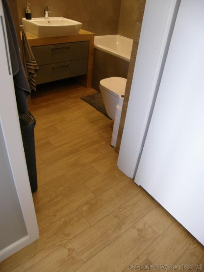 Przyjemna aranżacja łazienki z płytkami podłogowymi Paradyż Woodentic Beige, które ...
