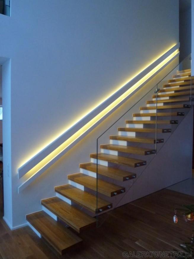 Elegancki projekt schodów wspornikowych wykonanych z drewna. Jest to przykład schodów ...