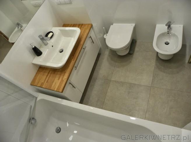 W łazience znajduje sięszafka z umywalką, misa wc, bidet oraz wanna Koło. Płytki ...