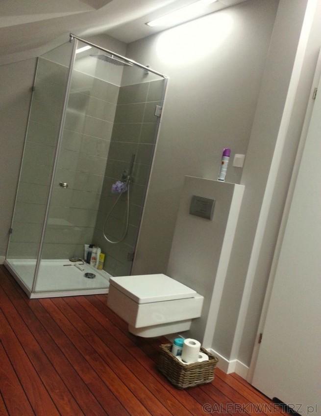 W łazience znajduje siębiały podwieszany geberit o ostrych kątach, wc jest kwadratowe. ...