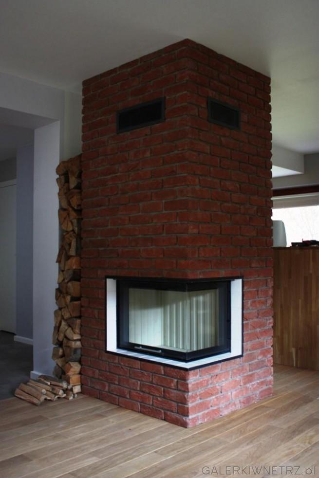 Kominek wykonany z cegły ręcznie formowanej, zabudowa ciepła - szamotowa. Wykorzystano ...