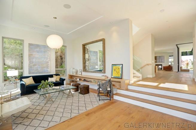 Przestronny salon półotwarty graniczący z innymi pomieszczeniami. Ściany i sufit ...