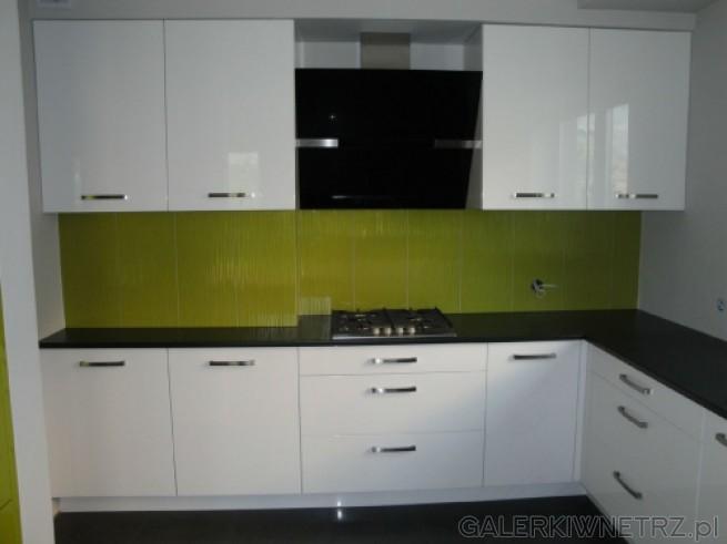 Białe szafki z czarnymi blatami Czarny okap Limonkowe   -> Castorama Kuchnia City Biala