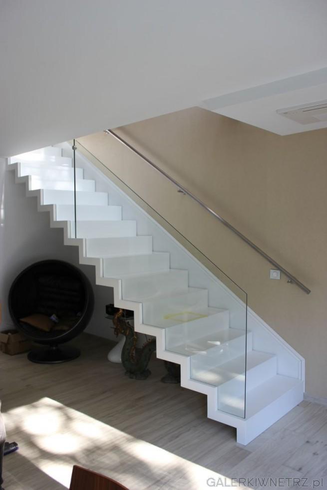 Przykład schodów z użyciem szklanej balustrady. Stopnie są białe, pod spodem nie ...