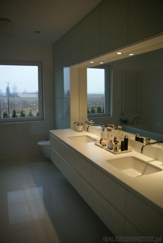 Ciekawe rozwiązanie umywalek bez oczywistych mis, tylko zostały one schowane pod ...