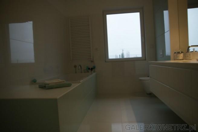 Aranżacja białej łazienki obłożonej na ścianach płytkami Porcelanosa Glass Blanco ...
