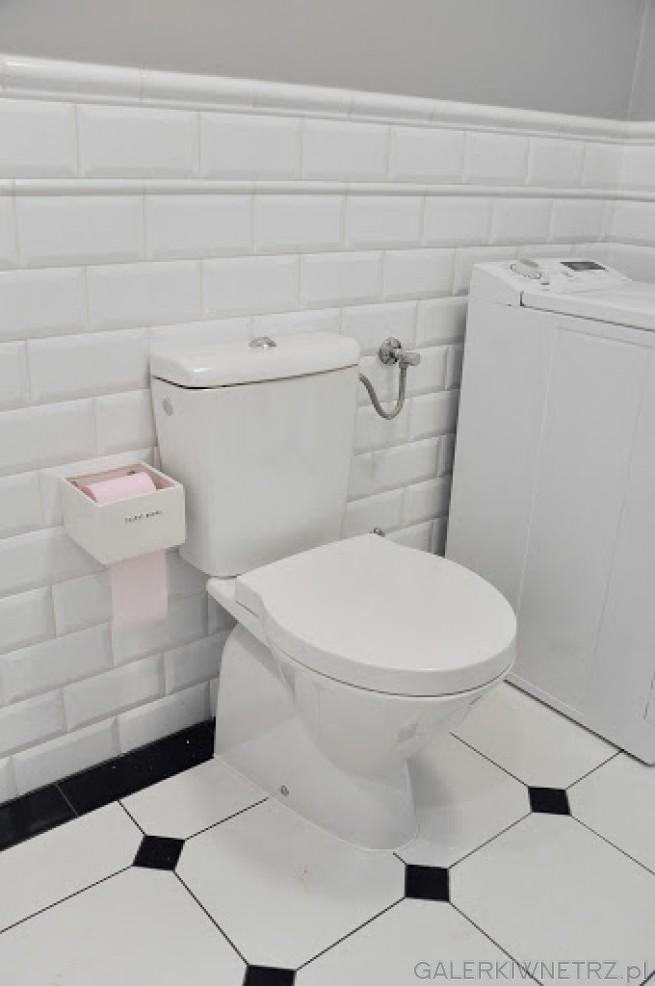 W tej aranżacji wykorzystano zwykłą misę WC stojącą o klasycznym wyglądzie. Płytki ...
