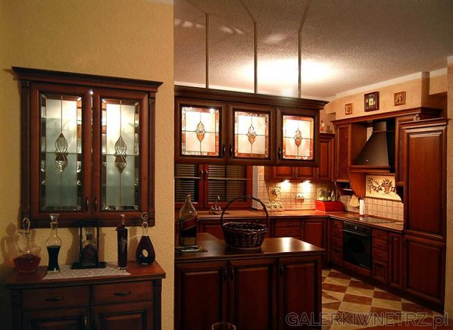 Kuchnia w stylu retro wykonana z olchy barwionej Ciekawym elementem jest pół