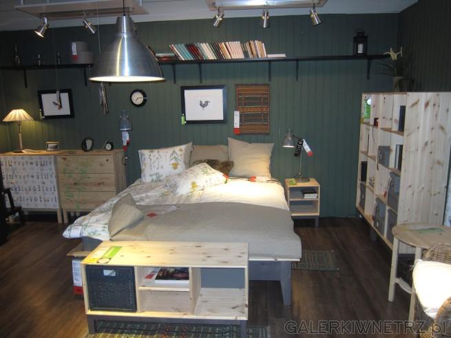 Aranżacja przytulnej sypialni - dwuosobowe łóżko wraz z uroczą pościelą w polne ...