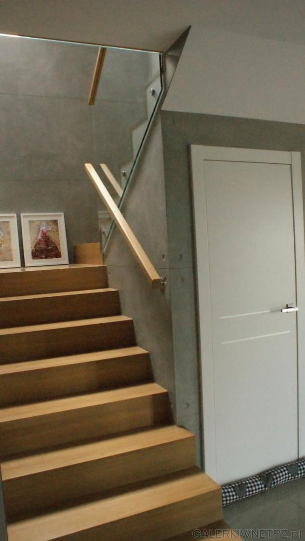 W pełni zabudowane schody dwubiegowe z drewna w ciekawej aranżacji. Schody składająsiętylko ...