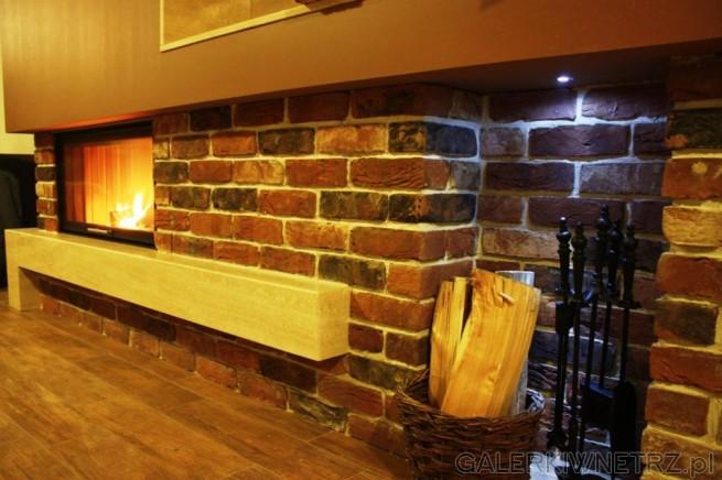Detal na dolnączęść kominka, która została wykonana z cegły ręcznie formowanej. ...