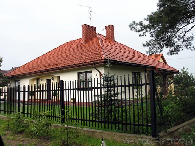 Dom i ogród już gotowe. Dach pokryty dachówką