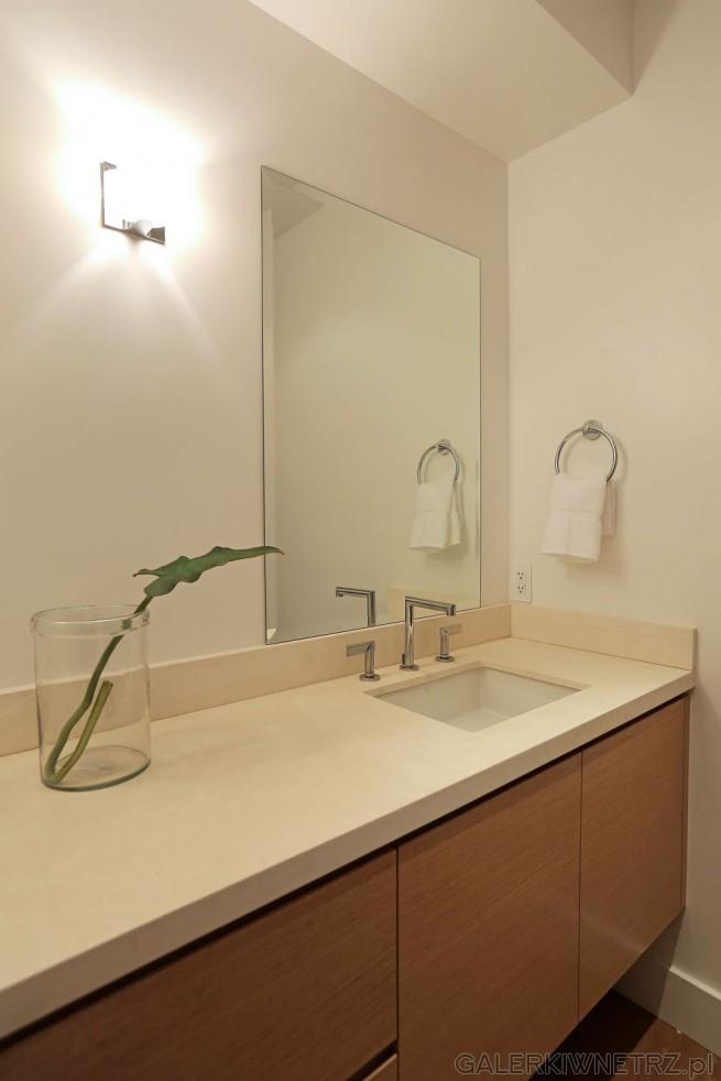Prosty blat w łazience - w kolorze złamanej bieli, lekko ecru. Na nim zainstalowano ...