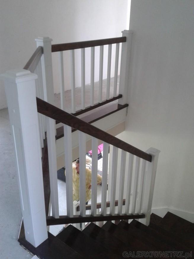 Ciekawe połączenie ciemnego i jasnego (białego) drewna w klasycznych schodach zabudowanych. ...
