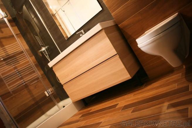 Niewielka łazienka urządzona w przyjemnym, ciepłym stylu, a to za sprawą płytek ...